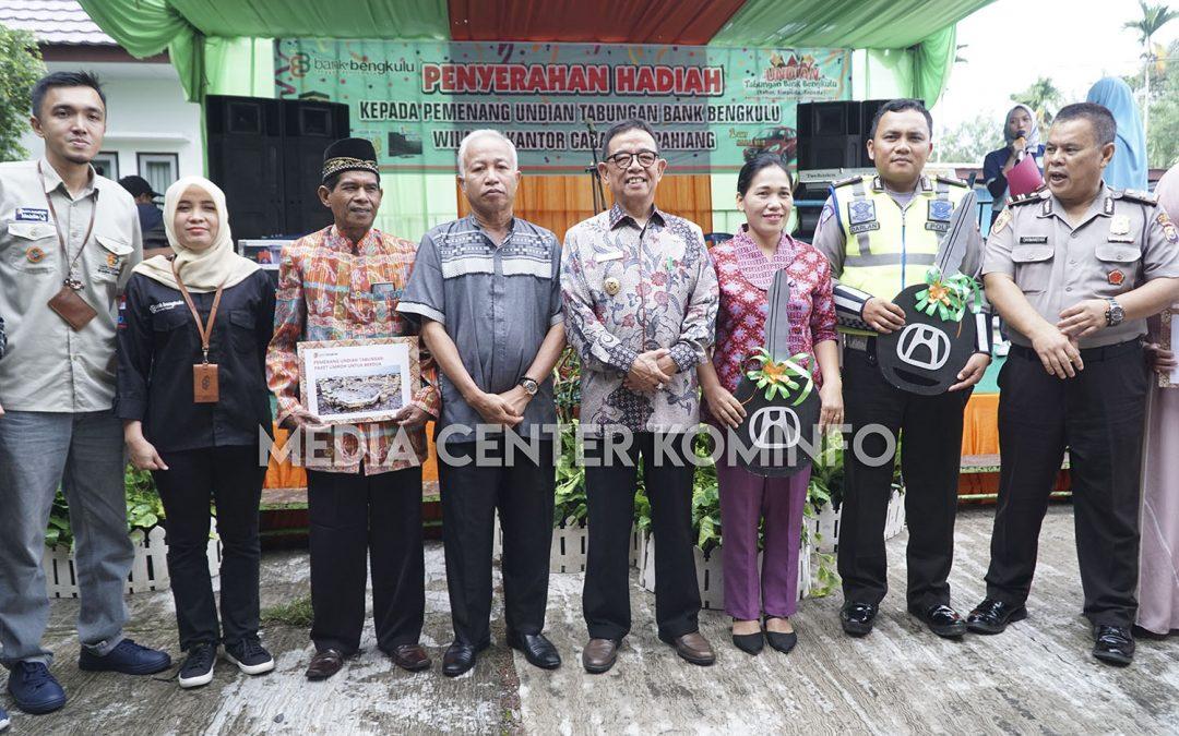 Serahkan Hadiah Mobil, Bupati Ajak Masyarakat Majukan Bank Bengkulu