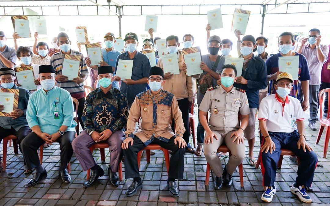 39 SHM Diserahkan Bupati Kepada Warga Transmigran